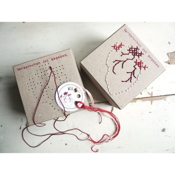 Box mit anatomischem Herz zum Sticken