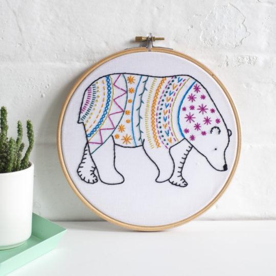 Stickvorlage für einen bunten Bär