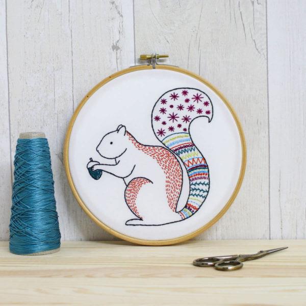 Stickvorlage für ein buntes Eichhörnchen