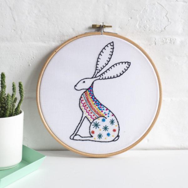 Stickvorlage für bunten Hasen mit langen Ohren