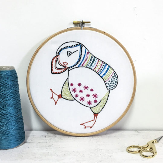 Stickvorlage für einen bunten Papageientaucher Vogel
