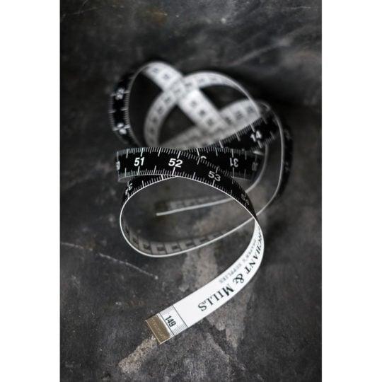 Edles Maßband in Schwarz und Weiß von Merchant & Mills