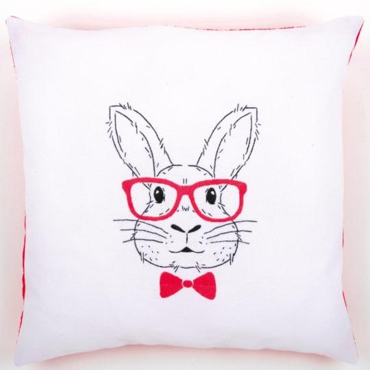 Stickvorlage Hase mit Brille für ein Kissen