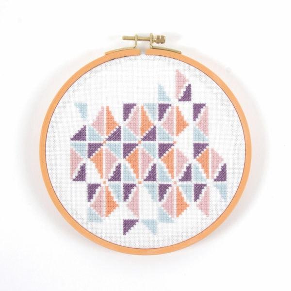Grafisches Stickmuster mit Dreiecken