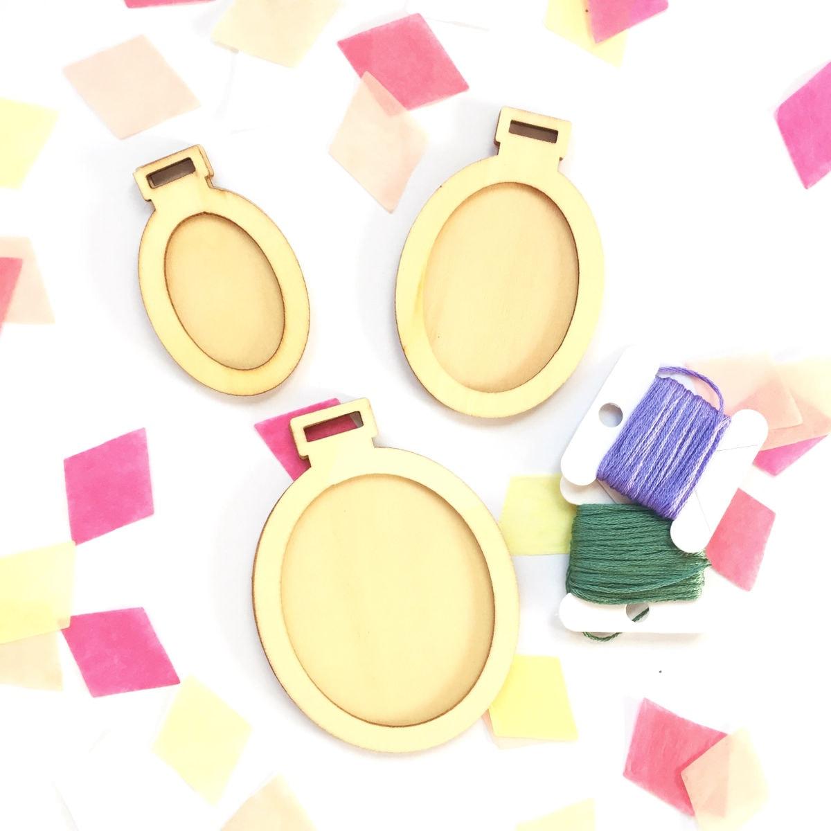 Kleine Stickrahmen aus Holz, oval l als Deko oder Anhänger