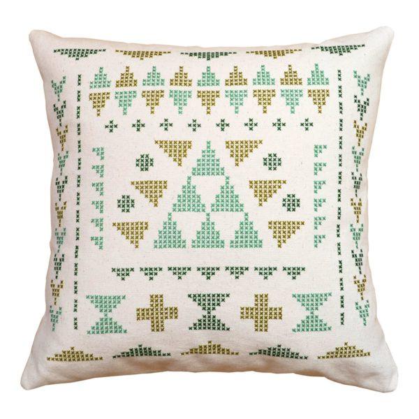 modernes Kissen mit geometrischen Dreiecken sticken