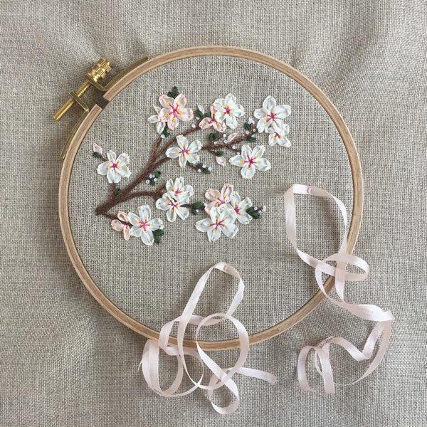 Ringkissen mit Kirschblüten im Stickring