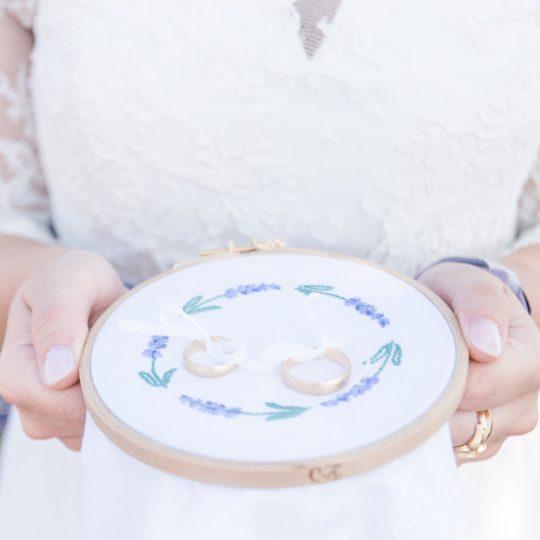 Ringkissen-gestickt-mit Lavendel-Zweigen