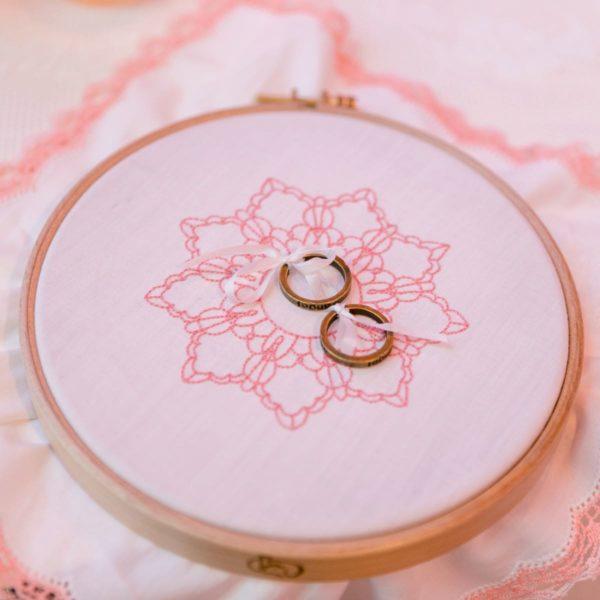 Ringkissen im Stickring in Rosa mit Spitze im Vintage-Stil