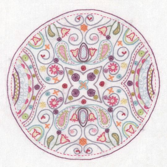 Mandala Stickmuster für einen verwunschenen Garten mit vielen Blumen