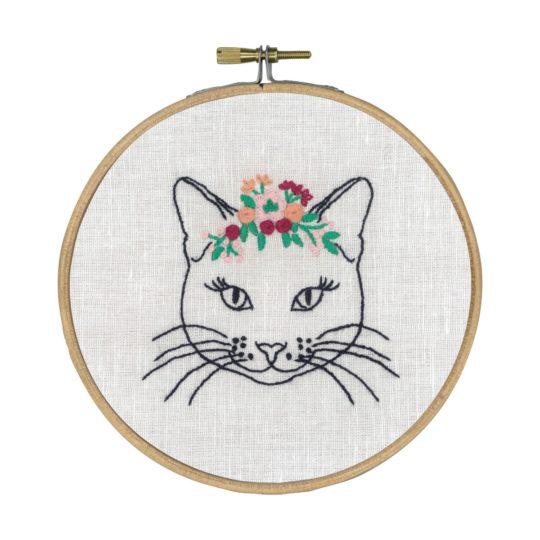 Stickmuster Katze mit Blumenkranz