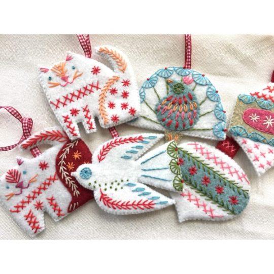 Weihnachtsbaumschmuck selbst basteln aus Filz l via Zur Lila Pampelmuse