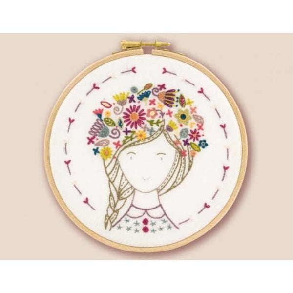 Mädchen mit hübschem Blumenkranz auf dem Kopf l Stickpackung über Zur Lila Pampelmuse