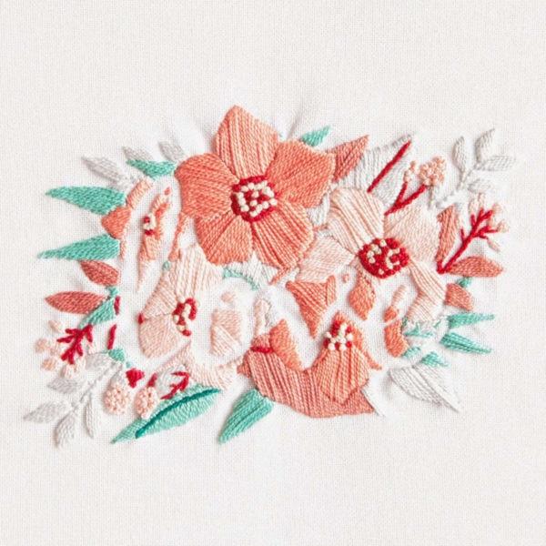 Blumen sticken mit dem Wort Love in der Mitte | Stickpackung DMC