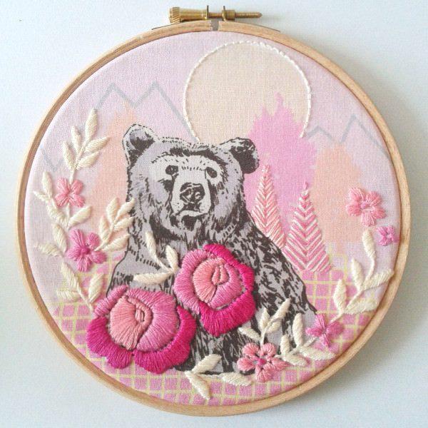 Bär, Blumenn, Berge: Modernes Stickmuster in Rosa und Pink