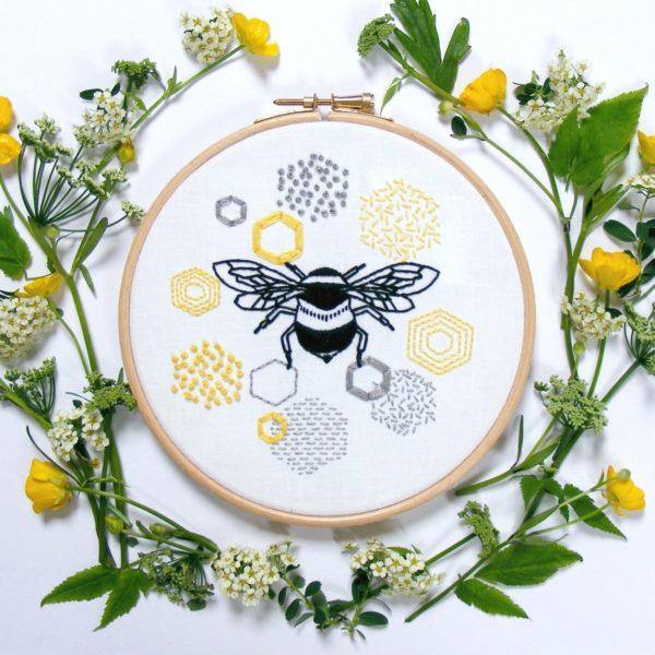 Stickmuster Biene und Bienenwaben | über Zur Lila Pampelmuse