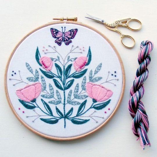 Schmetterling mit Blumen in Rosa sticken | über Zur Lila Pampelmuse