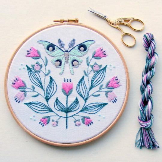 Mandala ähnliches Stickmotiv mit Nachtfalter, Blättern, Blumen in Pink | über Zur Lila Pampelmuse