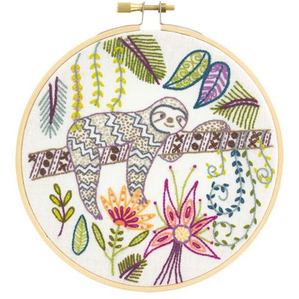 Stickpackung mit Faultier, Blättern und Blumen | über Zur Lila Pampelmuse
