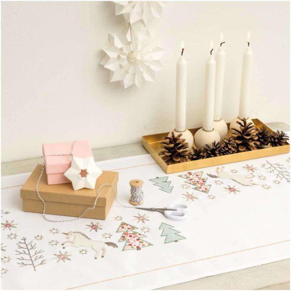 Stickpackung Einhorn Tischläufer mit Weihnachtsmotiven | über Zur Lila Pampelmuse