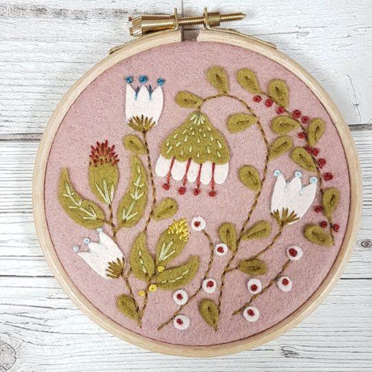 Stickbild mit Filz Blumen und Blättern | über Zur Lila Pampelmuse