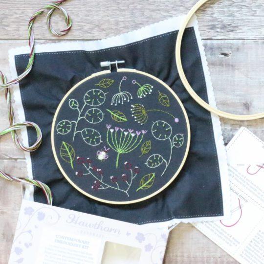 Wildblüten und Blätter auf schwarzen Stoff sticken | Stickset