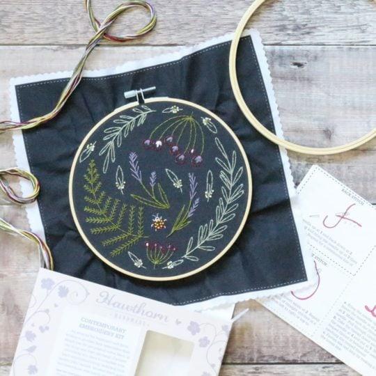 Wildblumen und Blätter auf schwarzen Stoff sticken | Stickset
