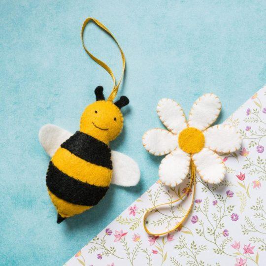 Filzfiguren basteln mit Kindern: Biene und Blumen | über Zur Lila Pampelmuse