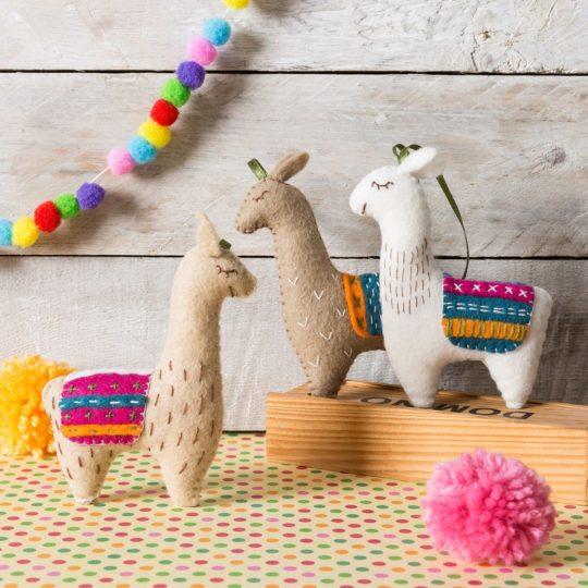 Süße Lamas aus Filz basteln und besticken | über Zur Lila Pampelmuse