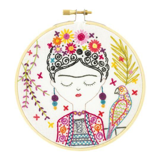 Frida Kahlo sticken mit vielen Blumen und Papagei | über Zur Lila Pampelmuse