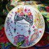 Frida Kahlo, Blumen und Papagei sticken | Stickpackung