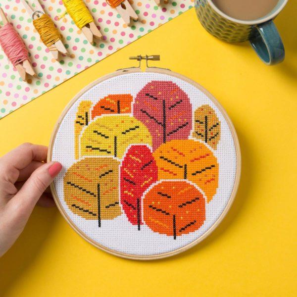 Bäume im Herbst sticken: Kreuzstich Set in satten Orangetönen   über Zur Lila Pampelmuse
