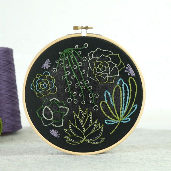 Stickset für hübsche Sukkulenten auf schwarzem Stoff | über Zur Lila Pampelmuse