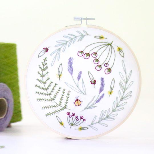 Wilde Blätter, Farn und Blumen sticken | Stickset über Zur Lila Pampelmuse