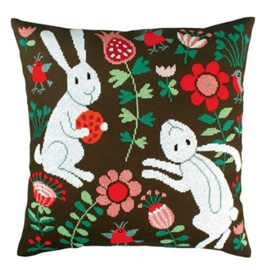 Süßes Kreuzstich-Kissen mit weißen Hasen & roten Blumen | über Zur Lila Pampelmuse