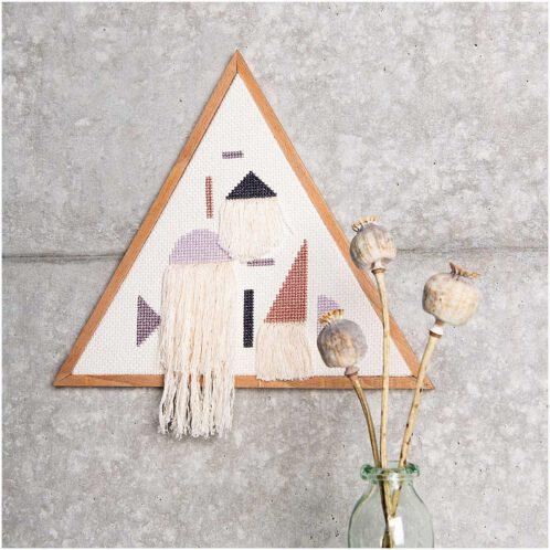 Ein Dreieck als geometrisches Wandbild sticken | Kreuzstich Stickset über Zur Lila Pampelmuse
