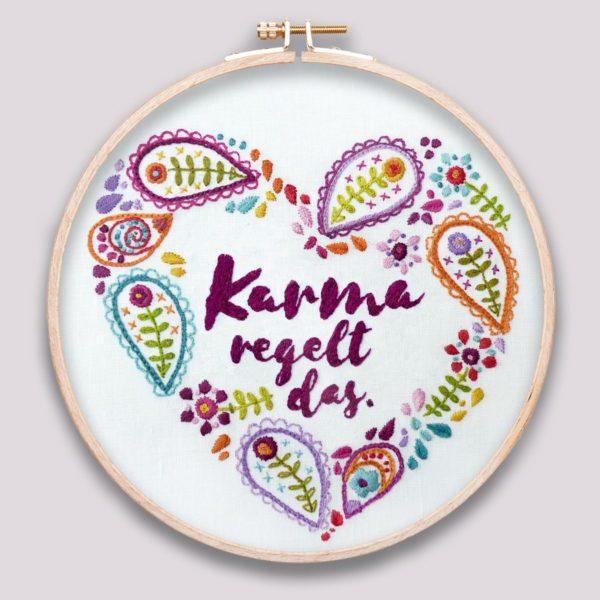 Stickvorlage mit Paisleyherz und Spruch Karma regelt das   über Zur Lila Pampelmuse