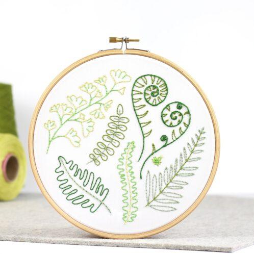Wald Farne und grüne Blätter sticken | Stickset über Zur Lila Pampelmuse