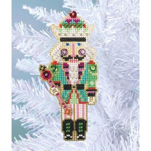 Stickset für einen Weihnachtsbaumanhänger mit Nussknacker Figur im Kreuzstich | über Zur Lila Pampelmuse