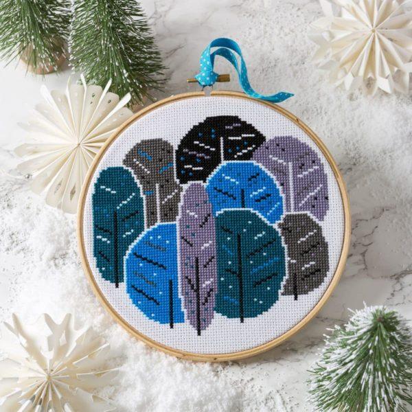 Bäume im Winter sticken: Kreuzstich Set in satten Blautönen | über Zur Lila Pampelmuse