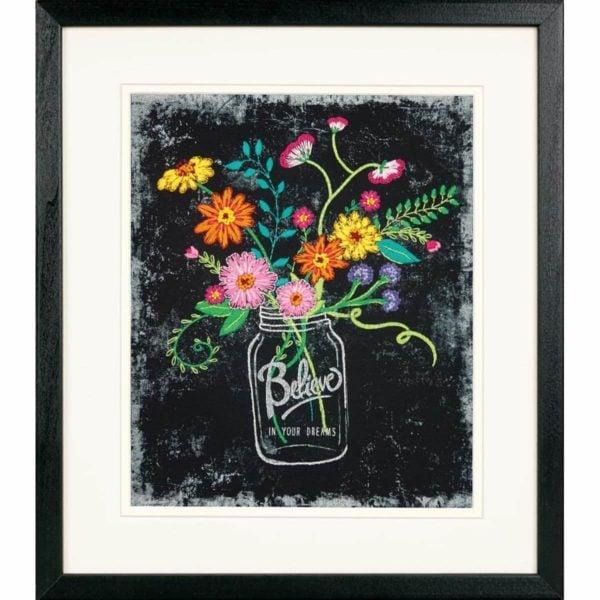 """Wildblumen in einer Vase sticken mit Spruch """"Believe in your dreams""""   über Zur Lila Pampelmuse"""