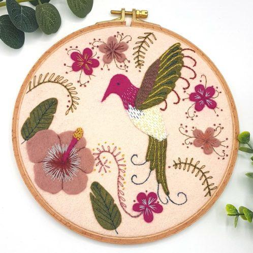 Filzbastelset Kolibri & Hibiskus: Filz besticken | Stickpackung über Zur Lila Pampelmuse