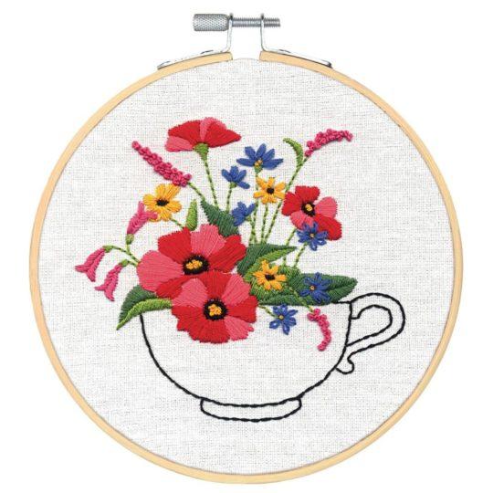Wunderschöne Blumen in einer Tasse sticken | Stickpackung über Zur Lila Pampelmuse