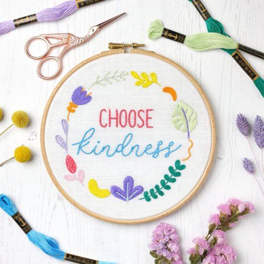 Bunten Blumenkranz mit dem Spruch Choose Kindness sticken | Stickpackung über Zur Lila Pampelmuse