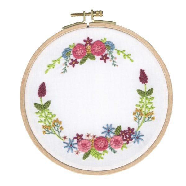 Zauberhaften Blumenkranz sticken   Stickset über Zur Lila Pampelmuse
