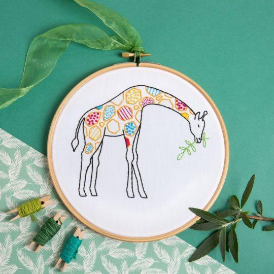 Niedliche Giraffe beim Blätter futtern sticken | Stickset über Zur Lila Pampelmuse