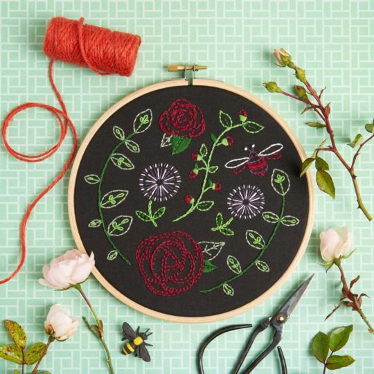 Moderne Rosen auf schwarz sticken mit Knospen, Ranken und einer süßen Hummel | Stickset über Zur Lila Pampelmuse